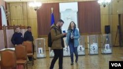 2014年议会大选时乌克兰在莫斯科大使馆的投票站,一名女性投票者身着乌克兰国徽T恤。乌克兰融入欧洲道路坎坷不平。(美国之音白桦拍摄)