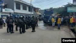 Petugas kepolisian saat mengimbau para demonstran untuk membubarkan aksi unjuk rasa penolakan Otsus Jilid II di Kota Jayapura, Papua, Selasa 27 Agustus 2020. (Dokumen LBH Papua)