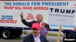 Bob Bolus អ្នកគាំទ្រម្នាក់របស់បេក្ខជនប្រធានាធិបតីគណបក្សសាធារណរដ្ឋលោក Donald Trump ឲ្យមេដៃមួយដល់អ្នកបើកបរខណៈដែលពួកគេឆ្លងកាត់ Super Tuesdayនៅក្រុង Middleburg Heights រដ្ឋ Ohio កាលពីថ្ងៃទី១៥ មីនា ២០១៦។