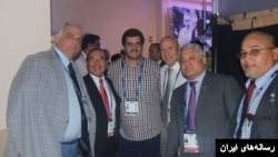 رسول خادم پس از رای گیری در فیلا در کنار رئیس و اعضای فدراسیون جهانی کشتی
