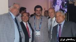 رسول خادم رئیس پیشین فدراسیون کشتی ایران (نفر وسط) منتقد سیاست جمهوری اسلامی درباره بازی نکردن با ورزشکاران اسرائیلی است.