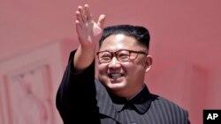 រូបឯកសារ៖ លោក Kim Jong Un បក់ដៃបន្ទាប់ពីមានការដើរក្បួនមួយ នៅក្នុងក្រុងព្យុងយ៉ាង ប្រទេសកូរ៉េខាងជើង កាលពីថ្ងៃទី៩ ខែកញ្ញា ឆ្នាំ២០១៨។