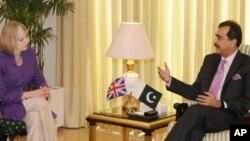 برطانوی وزیرِ داخلہ تھیریسا مئے اور پاکستانی وزیر آعظم یوسف رضا گیلانی
