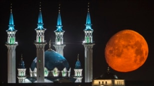 The full moon rises over the Kazan Kremlin with the Qol Sharif mosque illuminated in Kazan, the capital of Tatarstan, located in Russia's Volga River area about 700 km east of Moscow.