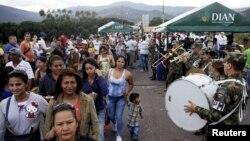 Venezolanos cruzan la frontera sobre el puente internacional Simon Bolivar en Cúcuta, Colombia.