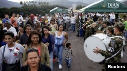 Ribuan warga Venezuela melintasi perbatasan Kolombia untuk membeli makanan dan barang-barang keperluan sehari-hari.