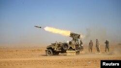 Chiến binh Shia bắn tên lửa về phía quân Nhà nước Hồi giáo trong một trận chiến tại sân bay của Tal Afar, phía tây thành phố Mosul, Iraq, 18/11/2016.