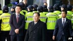 Nesta foto de arquivo, Kim Yong Chol ao centro