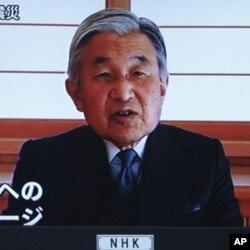 ເຈົ້າຈັກກະພັດ Akihito ຊົງອອກມາຖະແຫລ ສະແດງຄວາມເຫັນໃຈແລະຮອ້ງຮຽນຕໍ່ປະຊາຊົນ, ວັນພຸດ ທີ 16 ມີນາ 2011. REUTERS/Michael Caronna