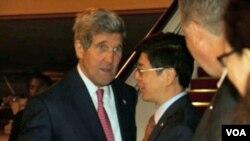 中国外交部北美大洋洲司长丛培武在北京国际机场迎接克里国务卿 (美国之音莉雅拍摄)
