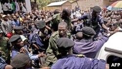 Các binh sĩ Congo, mặc đồng phục xanh, lên xe cảnh sát sau ki nhận các bản án về tội cưởng hiếp