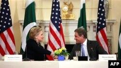 Ngoại trưởng Hoa Kỳ Hillary Clinton (trái) hội đàm với Ngoại trưởng Pakistan Shah Medmood Qureshi tại Washington