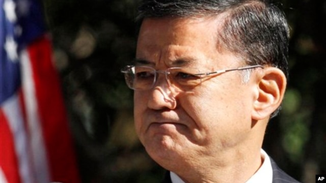 FILE – Veterans Affairs Secretary Eric Shinseki applauds veterans in audience while addressing disabled veterans' memorial dedication ceremony, Washington, Nov. 2010.