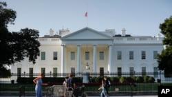 Le drapeau américain en berne au-dessus de la Maison-Blanche en l'honneur du sénateur John McCain, à Washington, le 26 août 2018.