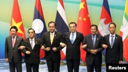 (L-R) Vietnamese Foreign Minister Pham Binh Minh, Prime Ministers Thongsing Thammavong of Laos, Prayuth Chan-ocha of Thailand, Li Keqiang of China, Hun Sen of Cambodia and Myanmar's Vice President Sai Mauk Kham pose for pictures during their meeting in Sanya, Hainan province, China, March 23, 2016.