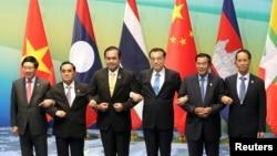 Từ trái: Bộ trưởng Ngoại giao Việt Nam Phạm Bình Minh, Thủ tướng Lào Thongsing Thammavong , Thủ tướng Thái Lan Prayuth Chan-ocha, Thủ tướng Trung Quốc Lý Khắc Cường, Thủ tướng Campuchia Hun Sen và Phó Tổng thống Myanmar Sai Mauk Kham tại Hội nghị Mekong-Lancang.