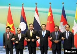 (L-R) Vietnamese Foreign Minister Pham Binh Minh, Prime Ministers Thongsing Thammavong of Laos, Prayuth Chan-ocha of Thailand, Li Keqiang of China, Hun Sen of Cambodia and Myanmar's Vice President Sai Mauk Kham pose for pictures during Lancang-Mekong cooperation leaders' meeting in Sanya, Hainan province, China, March 23, 2016.