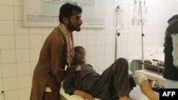 قندوز حملے میں زخمی ہونے والے ایک افغان شہری کا اسپتال میں علاج کیا جا رہا ہے۔ 2 اپریل 2018