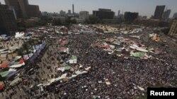 Hàng ngàn người ủng hộ Tân Tổng thống Ai Cập Mohamed Morsi tụ tập tại Quảng trường Tahrir ở Cairo, 29/6/2012