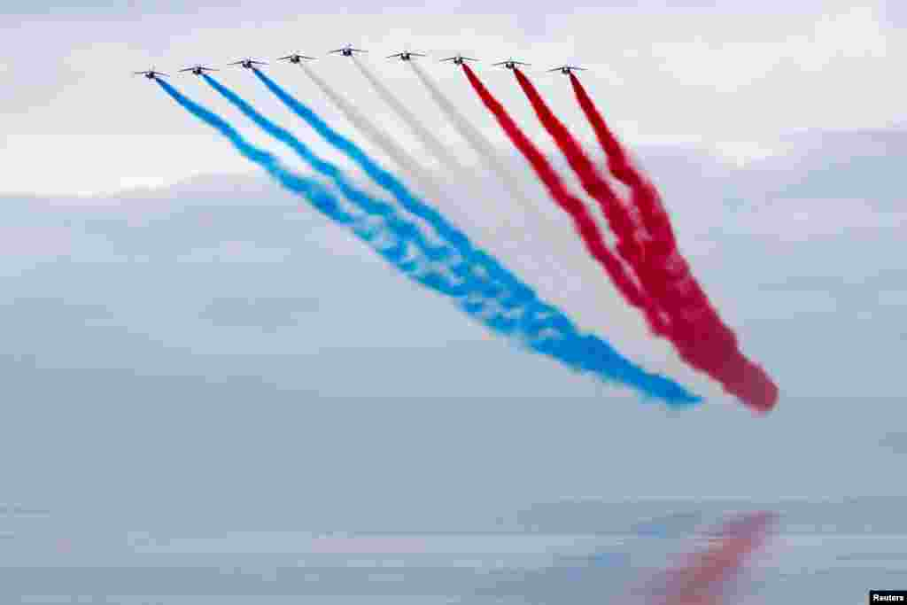 """Tim francuskog vojnog vazduhoplovstva nastupa na zvaničnoj ceremoniji u Ver-sur-Meru u Normandiji, na 77. godišnjici Dana """"D"""" u Francuskoj. 6. juni, 2021. ( Foto: Stefani Mahe/ Rojters Pool )"""