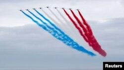 法國空軍飛行編隊飛越英國諾曼底紀念館的上空,紀念盟軍諾曼底登陸77週年(2021年6月6日)
