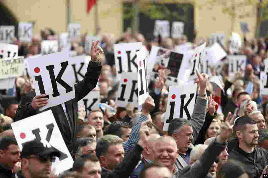 معترضان به فساد نخست وزیر آلبانی در مقابل ساختمان دولت در پایتخت این کشور تجمع کردند.