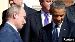 6일 G20 정상회의 기념사진 촬영 장소에서 블라디미르 푸틴 러시아 대통령(왼쪽)이 바락 오바마 대통령(오른쪽) 앞을 지나고 있다.