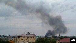 남수단 수도 주바에서 정부군과 반군의 치열한 교전이 계속된 가운데, 10일 검은 연기가 피어오르고 있다.