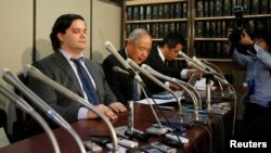 FILE - Mark Karpeles, left, chief executive of Mt. Gox, attends a news conference at the Tokyo District Court in Tokyo February 28, 2014.