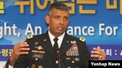 """빈센트 브룩스 미한연합사령관이 4일 서울에서 육군협회 주최로 열린 강연에서 """"앞으로 8~10개월 안에 사드(고고도 미사일방어체계) 포대가 한국에 전개될 것""""이라고 밝히고 있다."""