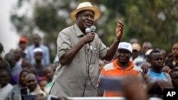 Pemimpin oposisi Kenya Raila Odinga berbicara di depan pendukungnya di distrik Kibera, Nairobi, Sabtu (2/9).