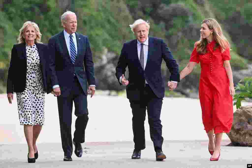영국을 방문한 조 바이든 미국 대통령 부부가 보리스 존슨 영국 총리 부부와 산책하고 있다.