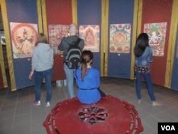 展覽中的部分參觀者(美國之音白樺拍攝)