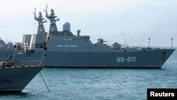 Tàu hải quân Đinh Tiên Hoàng của Việt Nam tại căn cứ Cam Ranh ngày 2/1/2013. Liên minh quân sự Việt - Mỹ đang ngày càng thắt chặt trên mặt trận Biển Đông.