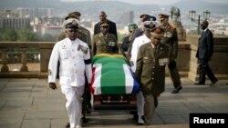 Beberapa perwira militer Afrika Selatan membawa jenazah Nelson Mandela ke Union Buildings, kantor pemerintahan yang terletak di kota Pretoria, Rabu (11/12).