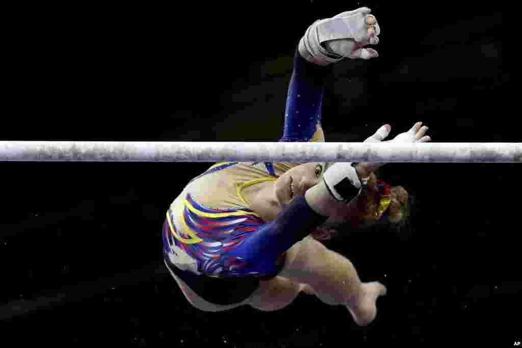 دنیسا گالگوتا ورزشکار ۱۷ ساله از رومانی در مسابقات ژیمناستیک قهرمانی جهان در شهر اشتوتگارت آلمان.