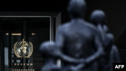 Pintu masuk ke gedung Organisasi Kesehatan Dunia di Jenewa, di tengah pandemi virus corona, 17 Agustus 2020. (Foto: AFP)