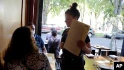 餐廳員工工作示意圖。