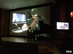 麻省理工学院华裔学生萧潇介绍她将音乐和电脑结合的创意(美国之音宁馨拍摄)