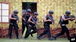 Các thành viên thuộc đơn vị tinh nhuệ cảnh sát quốc gia Indonesia trong một cuộc diễn tập trước lễ Giáng sinh ở Medan, Bắc Sumatra, Indonesia, 21/12/2016.
