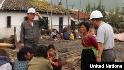 북한 함경북도 회령시의 홍수 피해지역 주민들이 피해 상황에 대해 이야기 하고 있다. 유엔이 지난달 16일 공개한 북한 함경북도 수해 실사보고서에 들어있는 사진이다. (자료사진)