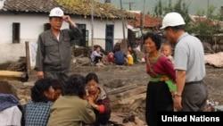 북한 함경북도 회령 시의 홍수 피해지역 주민들. 유엔이 지난달 16일 공개한 북한 함경북도 수해 실사보고서에 들어있는 사진이다.