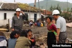 북한 함경북도 회령시의 홍수 피해지역 주민들이 피해 상황에 대해 이야기 하고 있다. 유엔이 16일 공개한 북한 함경북도 수해 실사보고서에 들어있는 사진이다.