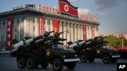 ທະຫານເກົາຫລີເໜືອ ເດີນສວນສະໜາມ ຜ່ານຈະຕຸລັດ Kim Il Sung ໃນປະເທດເກົາລີເໜືອ.