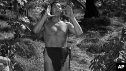 Johnny Weissmuller interpretando a Tarzán.