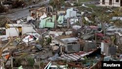 Rumah-rumah dekat bandara terlihat hancur akibat hantaman topan kuat Haiyan di kota Tacloban, Filipina tengah, 9 November 2013.