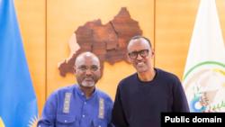 Perezida w'u Rwanda Paul Kagame (Iburyo) Bwana Adonia Ayebare intumwa idasanzwe ya Perezida wa Uganda Yoweri Kaguta Museveni (Ibumoso)