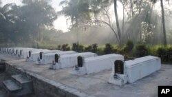 Hình tư liệu - Những ngôi mộ tập thể tại Mỹ Lai 45 năm sau cuộc thảm sát năm 1968.