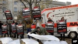 Para aktivis melakukan unjuk rasa di depan Kedutaan Rusia di Berlin, Jerman untuk memrotes penjualan senjata Rusia kepada Suriah (foto: dok.).