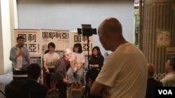 一位香港居民認真聆聽國歌法研討(美國之音記者申華拍攝)